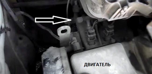Диагностический штуцер на рампе автомобиля «Лада Приора»