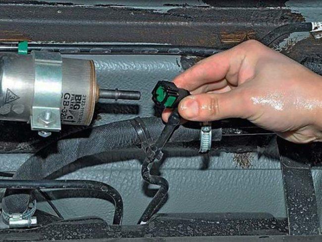 Отсоединение шлангов топливного фильтра