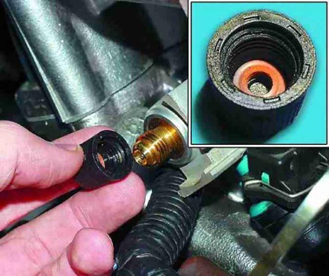 Клапан на топливной рампе автомобиля «Лада Приора»