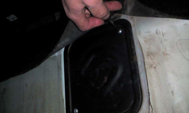 Снятие крышки люка бензобака ВАЗ 2170