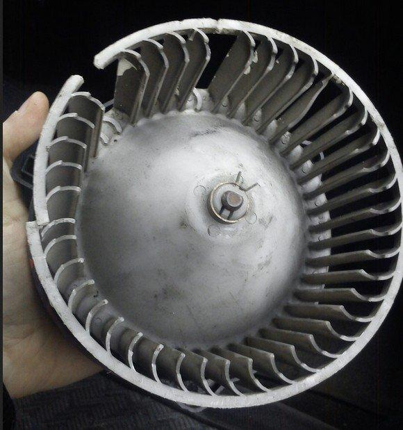Сломанная крыльчатка печного вентилятора «Рено Меган»