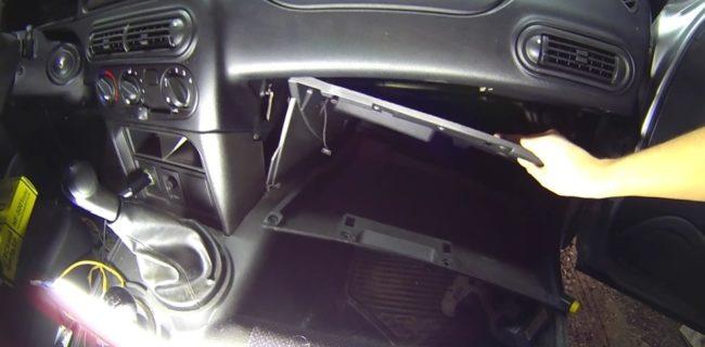 Демонтаж нижней части передней панели