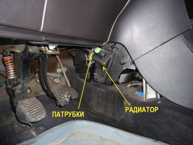 Крышка и патрубки радиатора отопления
