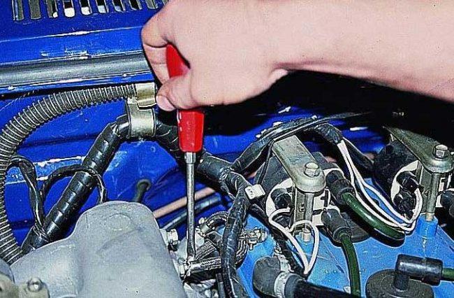 Место подвода шланга регулятора давления топлива