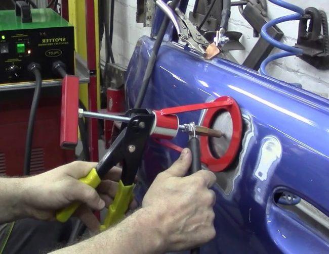 Рихтовка контактной сваркой двери автомобиля