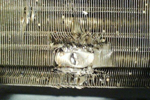 Повреждённый радиатор кондиционера