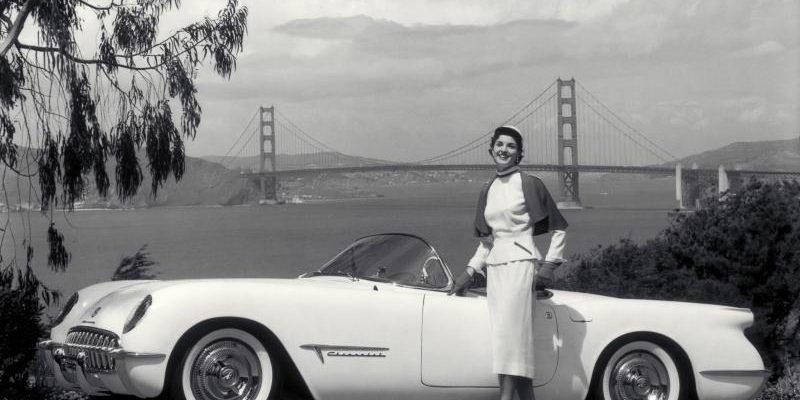 Девушка рядом с автомобилем Chevrolet Corvette C1 1953