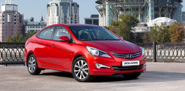 Красный Hyundai Solaris