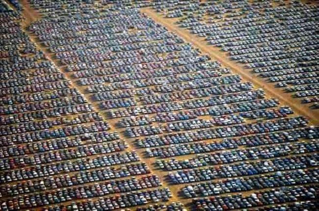 Кладбище новых автомобилей вблизи завода концерна Renault-Nissan