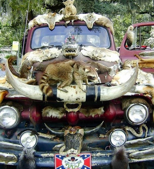 Автомобиль, украшенный шкурами животных — самый нелепый тюнинг