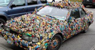 Машина, украшенная мелкими пластиковыми игрушками