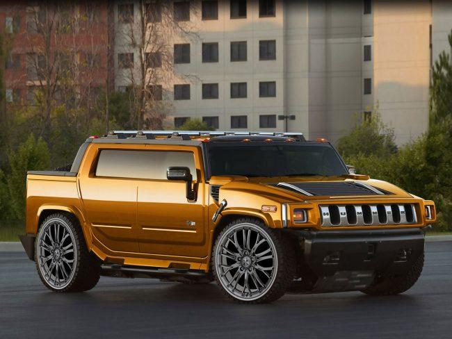 Автомобиль Hummer H2 золотистого цвета