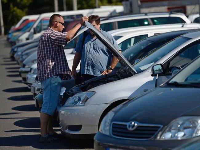 Мужчины стоят у машины