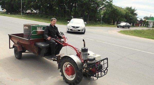 Мотоблок на дороге