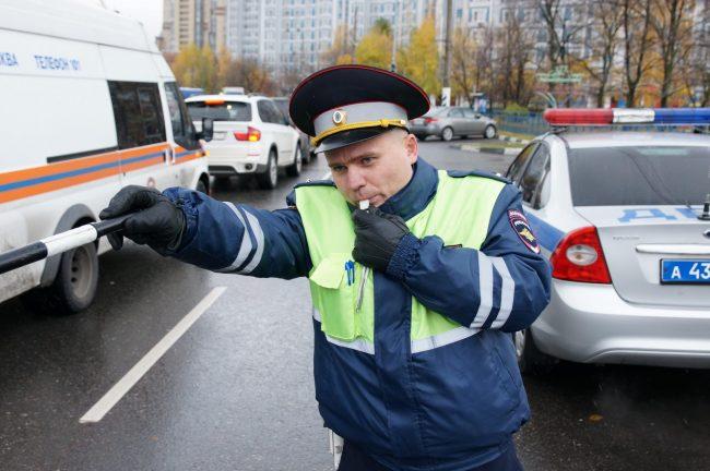 Инспектор ГИБДД останавливает машину