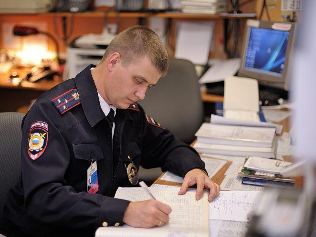Полицейский с бумагами