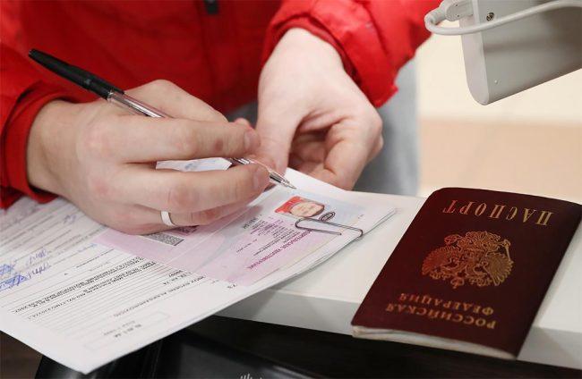 Водительские права и документы в руках, паспорт