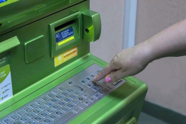 Рука на платёжном терминале