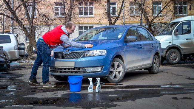 Мытьё машины рядом с домом