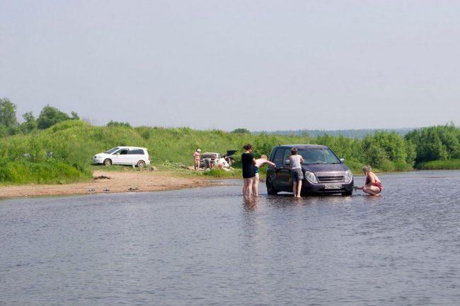 Мойка авто в реке