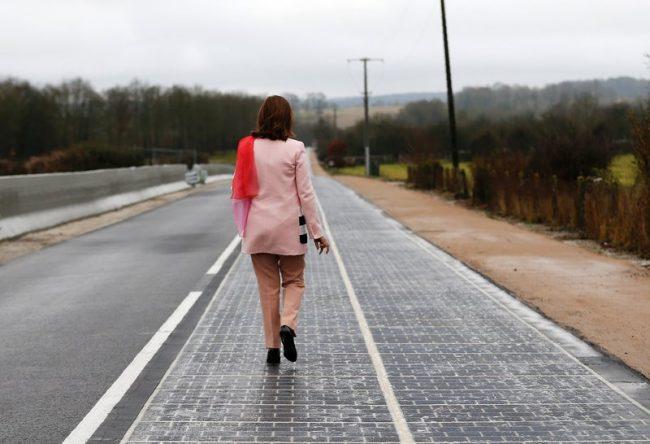 Дорога из солнечных панелей во Франции