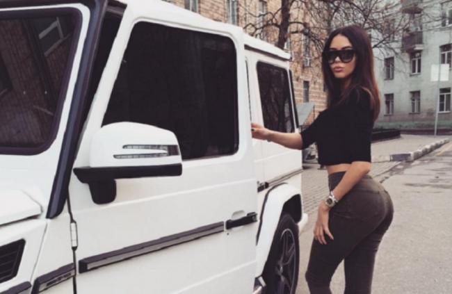Анастасия Решетова возле автомобиля