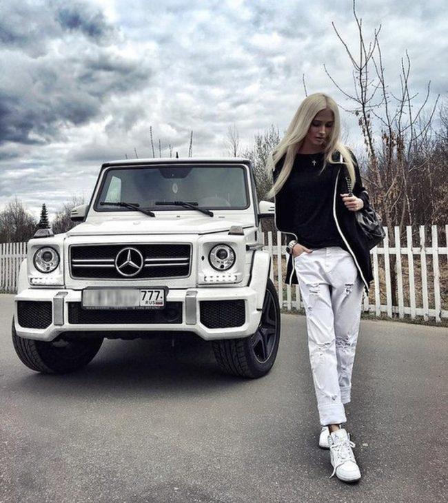 Анастасия решетова рядом с автомобилем Mercedes G63