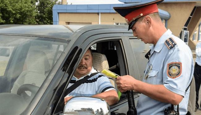 Инспектор ДПС и водитель