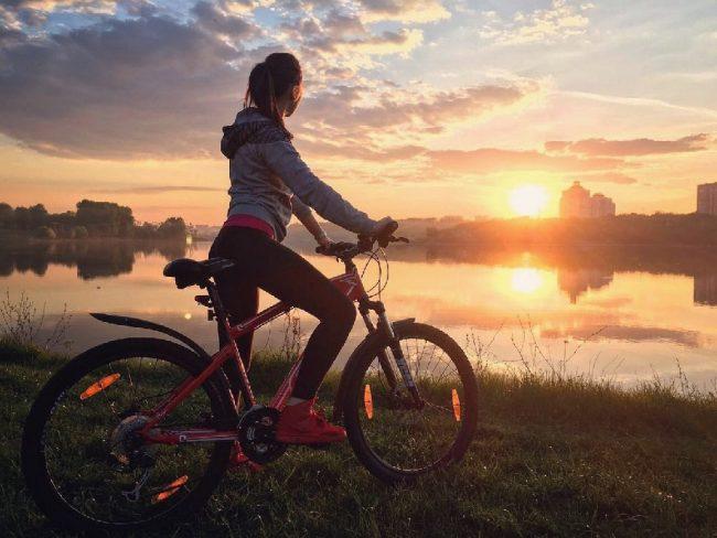 Девушка на велосипеде у реки