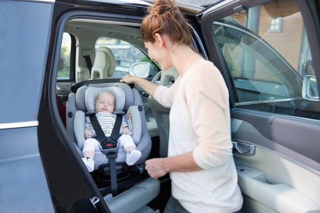 Ребёнок в автолюльке