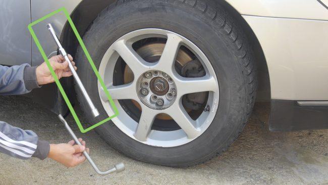 Свинчивание крепежа с колеса