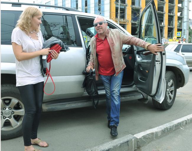 Андрей Макаревич выходит из машины
