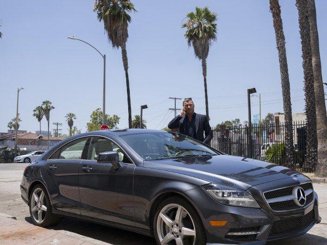 Рэй Донован рядом с машиной