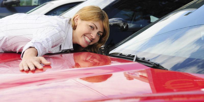 жене подарили машину